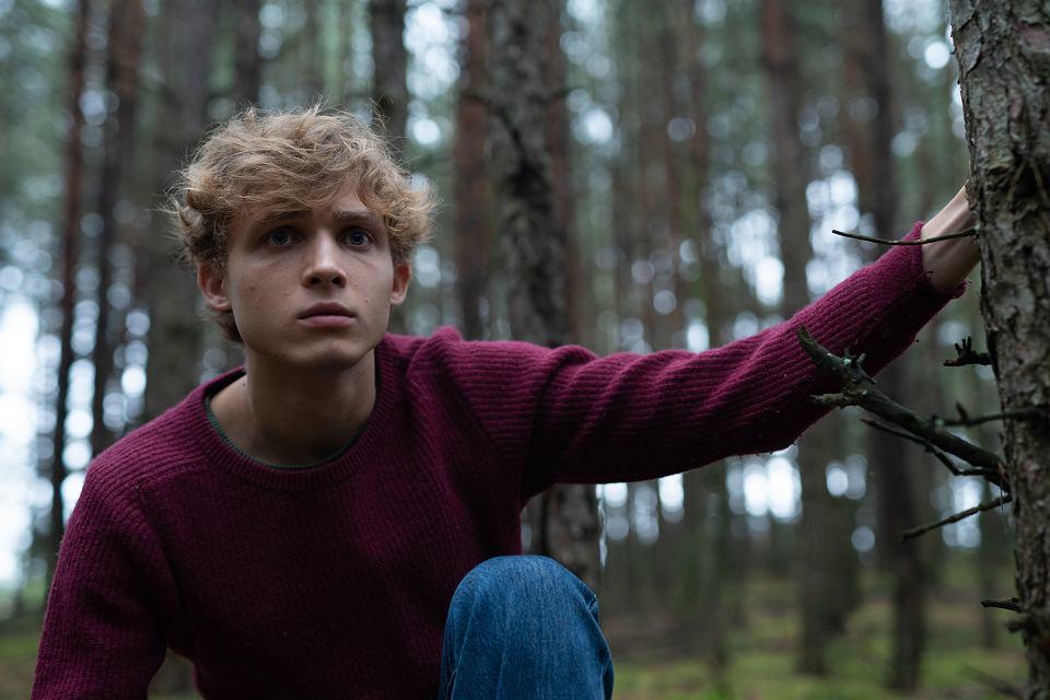 Kadr z serialu 'W głębi lasu'. Hubert Miłkowski jako 18-letni Paweł Kopiński.