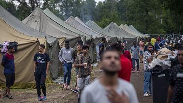 Ponad 4000 migrantów dotarło w tym roku do Litwy z Białorusi. Jest ich 50 razy więcej niż rok wcześniej. To głównie uciekinierzy z Iraku. Na poligonie litewskiego MSW w Rudnikach zorganizowano obóz dla imigrantów, którzy przybyli z Białorusi. Przebywają tam tylko mężczyźni. Kobiety i rodziny z dziećmi umieszczane są w miejscach, gdzie zapewnione sa lepsze warunki do życia.