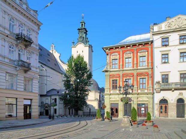 Widok na Katedrę Łacińską od strony urokliwego, renesansowego Rynku. Fot. Mikhail Markovskiy / shutterstock.com