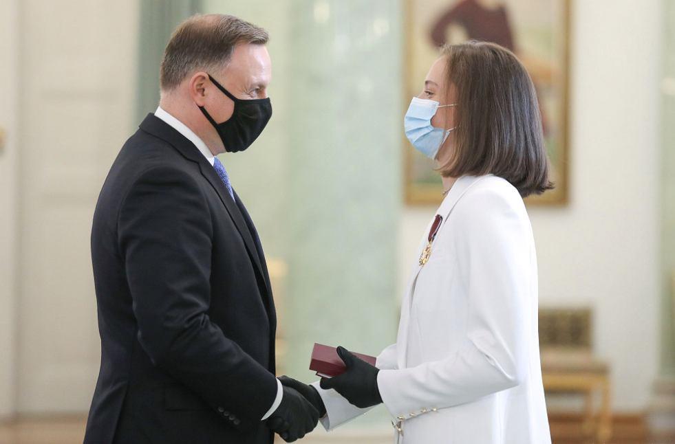 Iga Świątek (z prawej) odbierająca gratulacje od prezydenta Andrzeja Dudy (z lewej) podczas ceremonii w Pałacu Prezydenckim (23.10.20r.) Źródło: Twitter (Kancelaria Prezydenta)