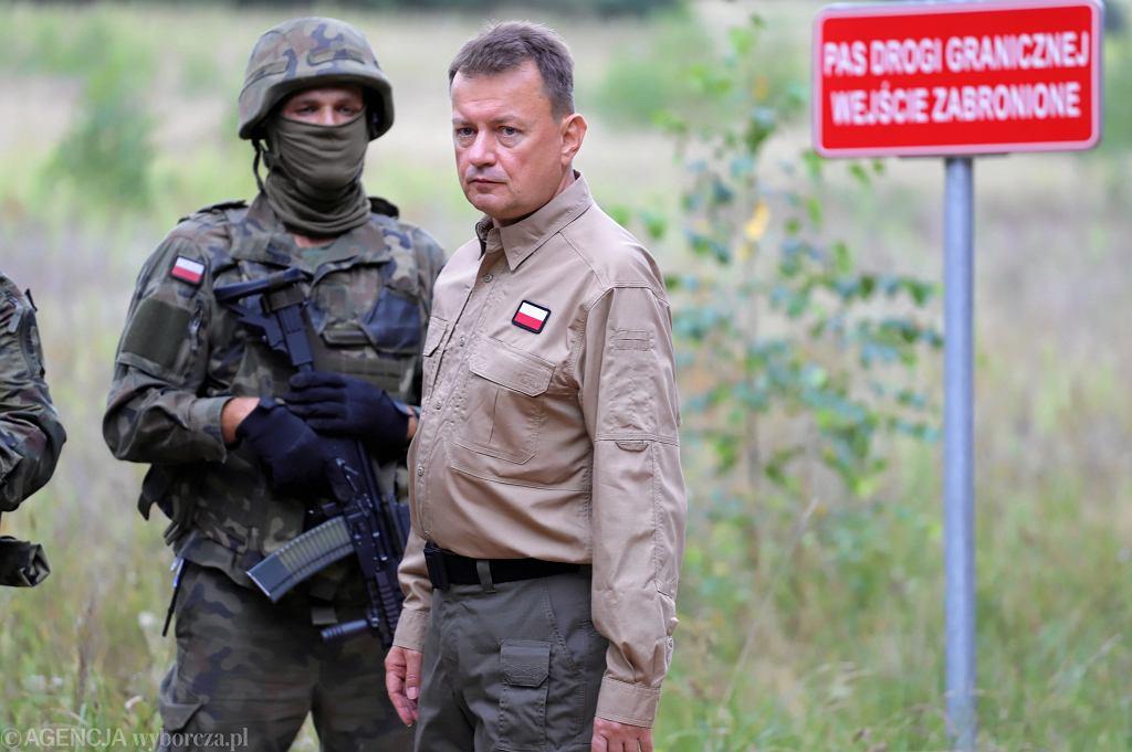 Konferencja prasowa ministra Mariusz Błaszczaka w stroju przypominającym mundur na granicy z Białorusią w Kopczanach, 23.08.2021