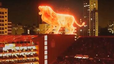Hologramowy lew na dachu stadionu Estudiantes