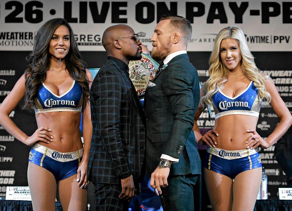 Walka Floyd Jr. Mayweather vs. Conor McGregor już niebawem. Szalona karuzela promocji walki stulecia zatrzyma się dokładnie 26 sierpnia, w ringu w Las Vegas. Ten niebywały pomysł (który zresztą zrodził się w głowie Irlandczyka) by zmierzyli się ze sobą czołowy zawodnik MMA z najlepszym pięściarzem tych czasów na początku brzmiał śmiesznie i absurdalnie. Jeszcze niedawno wydawało się, że to mrzonka i 'pyskowanie' McGregora nie wywoła Mayweathera ze sportowej emerytury. Stało się inaczej. Już za kilka dni świadkami będziemy historycznego pojedynku, w którym gaża obu zawodników sięgnie około 400 mln dolarów. Stawką będzie też niesamowity pas. Zaprezentowano go podczas ostatniej konferencji prasowej przed sobotnią walkę. Niezwykły? To mało powiedziane.