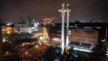 Gdańsk. Mieszkańcy podczas układania ze zniczy wielkiego serca dla Pawła Adamowicza
