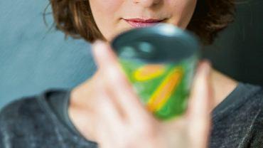 Na puszce napoju musi być informacja o zawartości kalorii. Wartość energetyczna może być wyrażana w przeliczeniu na porcję