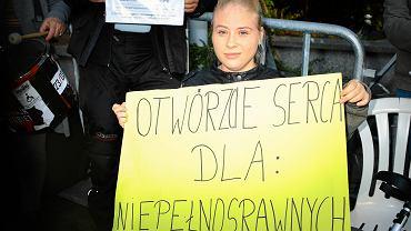 Manifestacja osób popierających protest rodzicow osob niepelnosprawnych w Sejmie