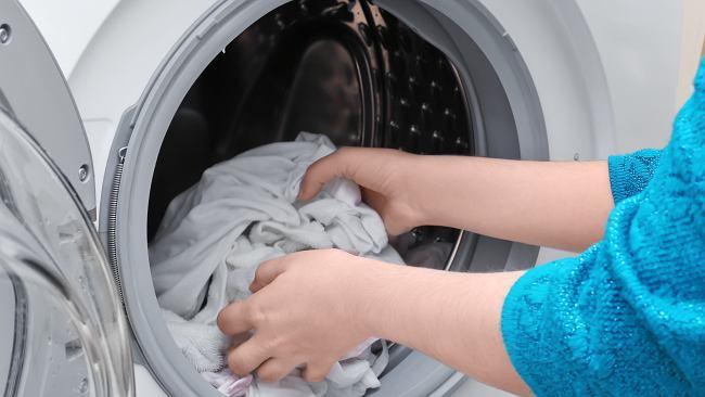 Wrzuć aspirynę do prania. Efekt cię zaskoczy