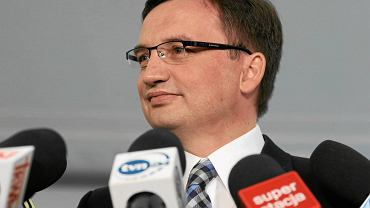 Ręczne sterowanie śledztwami - łącznie z medialnie przekazywanymi prokuratorom poleceniami - stało się w IV RP znakiem firmowym Zbigniewa Ziobry