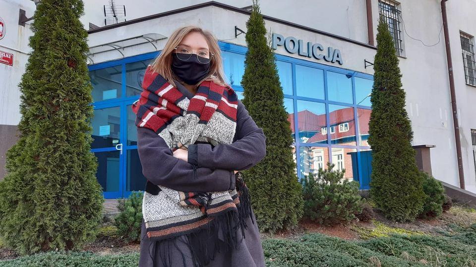 Angelika Pitoń przed komisariatem policji w Kalwarii Zebrzydowskiej, gdzie była przesłuchiwana