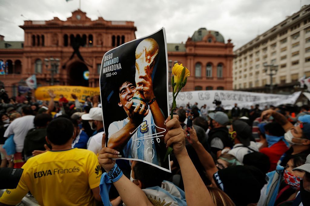 Tłumy pod pałacem prezydenckim Casa Rosada czekają na możliwość ostatniego pożegnania Diego Maradony