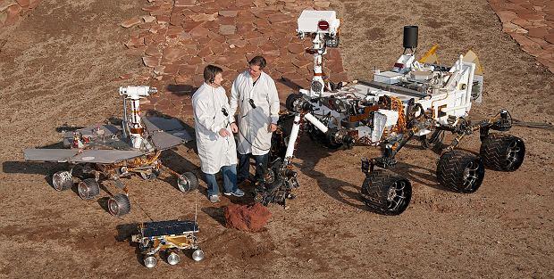Trzy generacje marsjańskich łazików NASA. Po lewej Opportunity/Spirit, na dole Sojourner a po prawej Curiosity