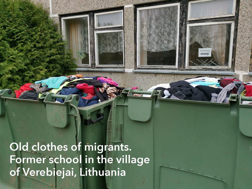 Kosze z ubraniami przed szkołą w Verebiejai na Litwie