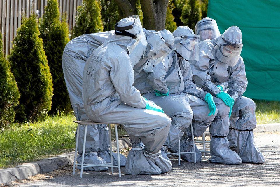 Pandemia koronawirusa. Medycy podczas ewakuacji pensjonariuszy Centrum Opieki Długoterminowej  'Salus'. Kalisz, 23 kwietnia 2020