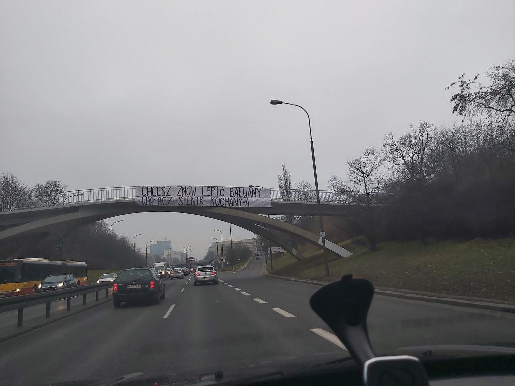 Baner nad Trasą Łazienkowską 'Chcesz znów lepić bałwany? Wyłącz silnik kochany/a'