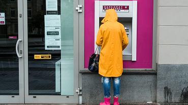 W 2021 roku banki zapowiadają podwyżki cen usług, m.in. wypłat gotówki z bankomatów, kredytów, kart kredytowych.