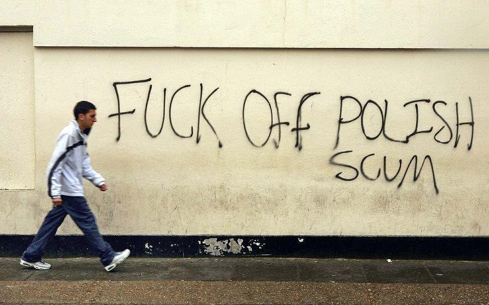 Napływający po 2004 r. Polacy to największa od co najmniej 300 lat fala imigracji w Wielkiej Brytanii. Pogardliwy napis na murze w zamieszkanej przez Polaków części Londynu, 2006 r.