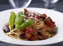 Makaron z bakłażanami, pomidorami i solonym serem ricotta - ugotuj