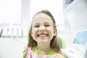 Zęby mleczne - kiedy się pojawiają, ile ich jest i czy to prawda, że mleczaków nie trzeba leczyć?