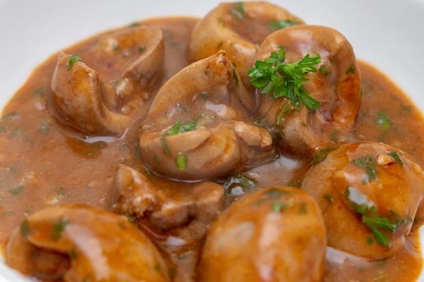 Cynaderki to inaczej nerki, w polskiej kuchni podaje się zwykle wieprzowe lub cielęce