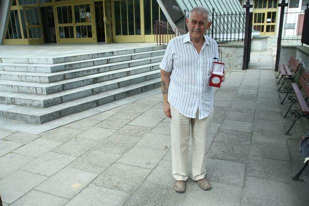 Tadeusz Tokarski przed wejściem do kościoła pw. Matki Boskiej Częstochowskiej przy ul. Zagórnej 5