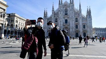 Turyści odwiedzający Mediolan  w obawie przed koronawirusem zakładają maseczki ochronne
