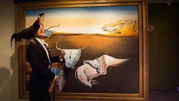 Surrealizm na obrazach Salvadora Dali - Trwałość Pamięci. Zdjęcie ilustracyjne, Anton_Ivanov/sutterstock.com