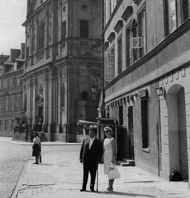 'Blondynka' i 'Elegant' (czyli Państwo Danuta i Mieczysław Gałkowie) w latach 60. XX wieku, Warszawa, ul. Freta, kamienica, w której piwnicy ukrywali się w 1944 roku.
