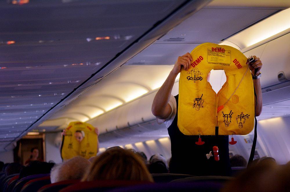 Pilot krytykuje instrukcje bezpieczeństwa w samolotach