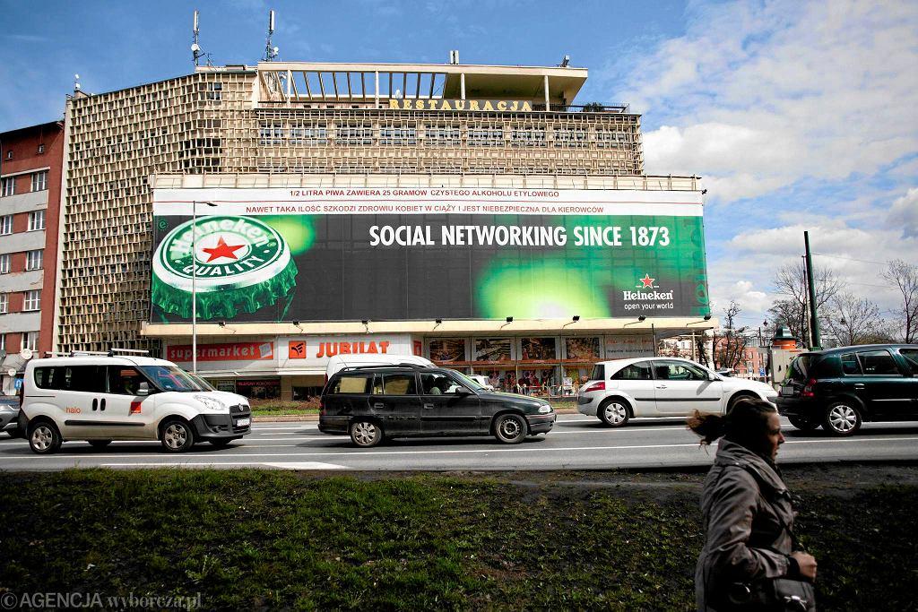 Reklama Heinekena rozwieszona na budynku domu Handlowego