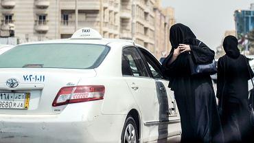 Saudyjki wsiadają do taksówki w Dżuddzie