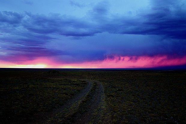 Ten piękny widok zwiastuje wielkie niebezpieczeństwo - pustynną burzę.