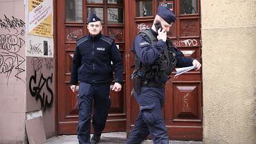 Patrol policji sprawdza, czy osoby, na które nałożono obowiązek kwarantanny, są w domu (zdjęcie ilustracyjne)