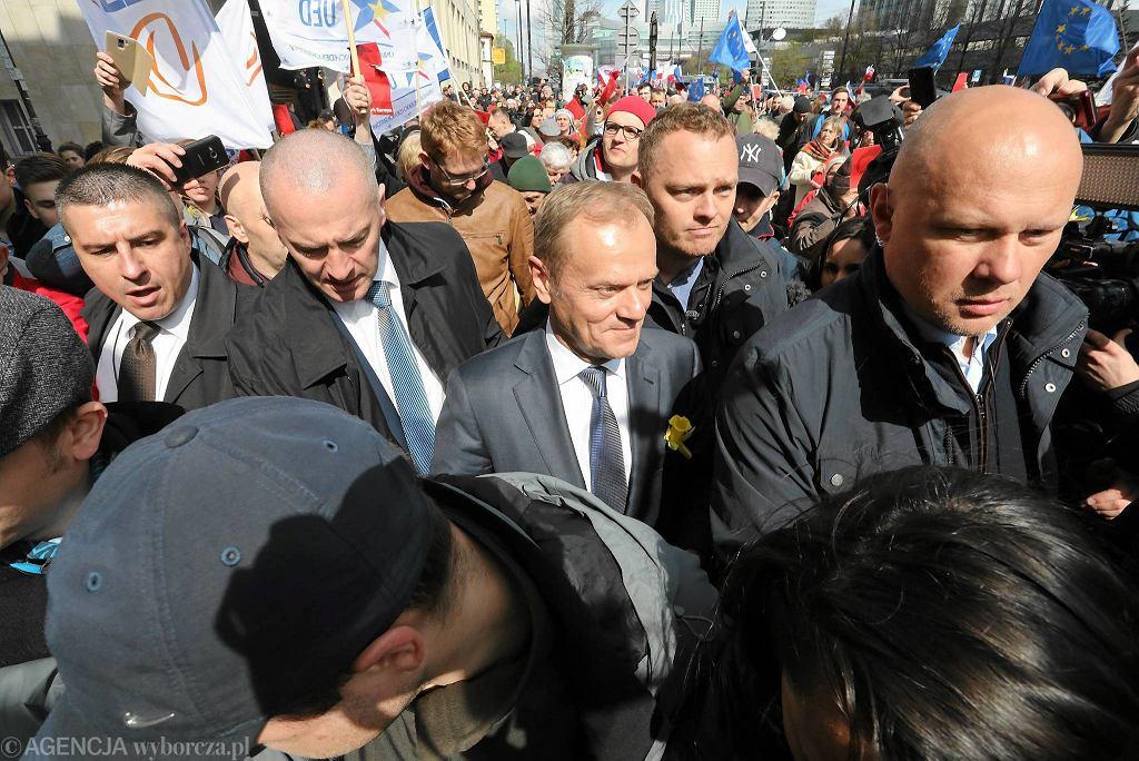 Donald Tusk o godz. 7.35 wyjechał z Sopotu pociągiem Pendolino. W Warszawie pojawił się punktualnie o godz. 10.40. Do stolicy przyjechał na wezwanie prokuratury. Kilkaset osób przyszło powitać go na Dworcu Centralnym. Prócz sympatyków byli też przeciwnicy