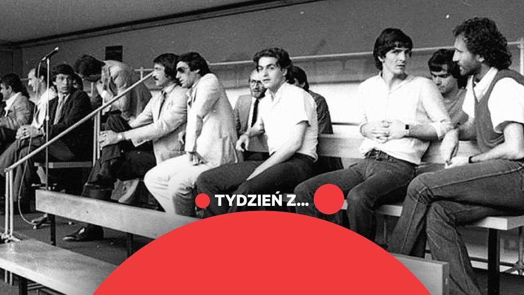 Rzym, 13 lipca 1980 r. Początek procesu przeciwko piłkarzom i działaczom, którzy obstawiali mecze w totonero. Drugi z prawej Paolo Rossi, który po skróconej o rok trzyletniej dyskwalifikacji za ustawianie meczów wrócił na boisko i na mistrzostwach w Hiszpanii w 1982 r. poprowadził Włochów do trzeciego tytułu mistrzów świata, zostając też najlepszym zawodnikiem i królem strzelców turnieju. Piąty od prawej Enrico Albertosi (cztery lata dyskwalifikacji), świetny bramkarz i wicemistrz świata z 1970 r.
