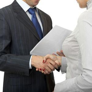 Co do ściśnięcia dłoni - są kobiety, które preferują utrzymanie dystansu, a uścisk dłoni perfekcyjnie się do tego nadaje
