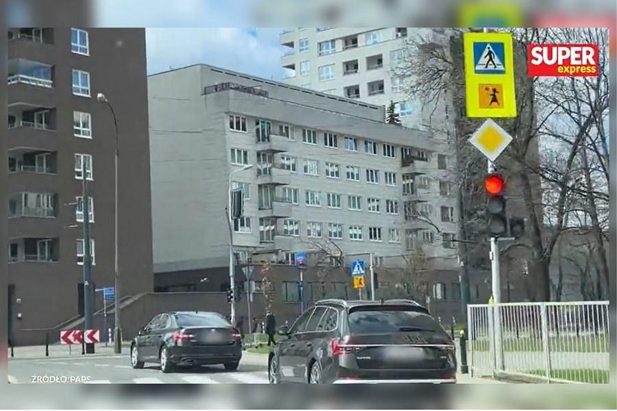 Kierowca wiozący Jarosława Kaczyńskiego na cmentarz nie zatrzymał się na czerwonym świetle