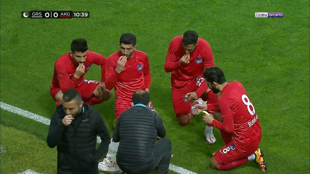 Piłkarze Ankary Keciorengucu wykorzystują przerwę w meczu na posiłek