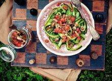 Wstążki z ogórka z sosem pomidorowym i kolendrą - ugotuj
