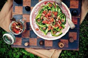 Wstążki z ogórka z sosem pomidorowym i kolendrą