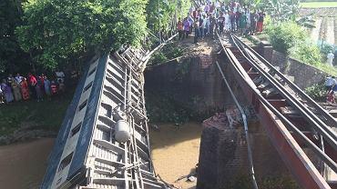 Bangladesz. Most runął pod pociągiem. Co najmniej pięć osób nie żyje, ponad 100 w szpitalu