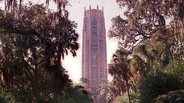 Tajemnicza wieża stoi dumnie na najwyższym wzniesieniu Florydy, zapomniana przez śpieszących się do South Beach czy Universal Studio. Wygląda jak siedziba czarnoksiężnika z krainy Oz, z tą małą różnicą, że jest różowa. Wysoka na ponad 60 metrów, góruje nad gajem pomarańczowym i ogrodem, gdzie rosną drzewa palmowe, paprocie i okazałe dęby, otoczona fosą głęboką na 4,5 metra sprawia wrażenie, jakby naprawdę była z bajki.