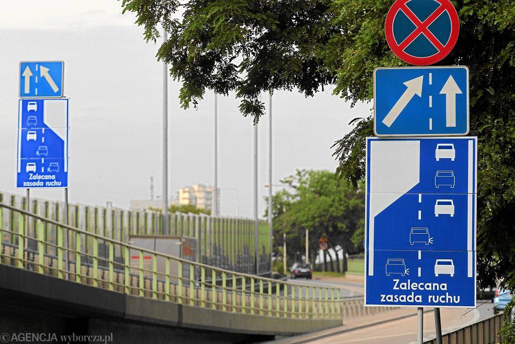 Na polskich drogach funkcjonują znaki zalecające jazdę na suwak. Ministerstwo chce, by zmieniły się w nakazy. Kierowcom, którzy nie dostosują się do naprzemiennego pierwszeństwa, będzie groził mandat