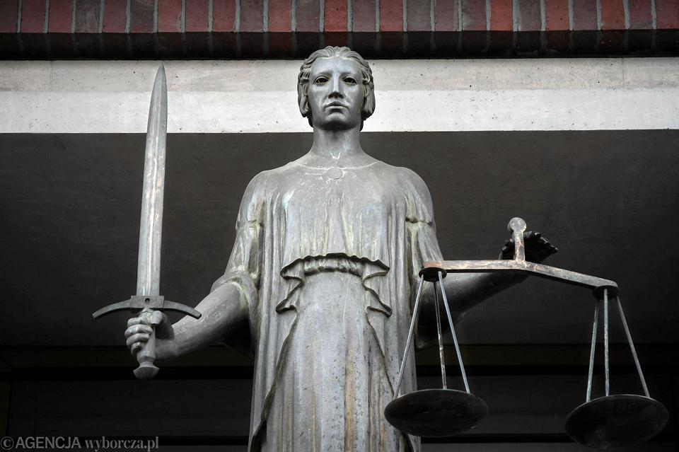 Temida przed wejściem do sądu, zdj. ilustracyjne