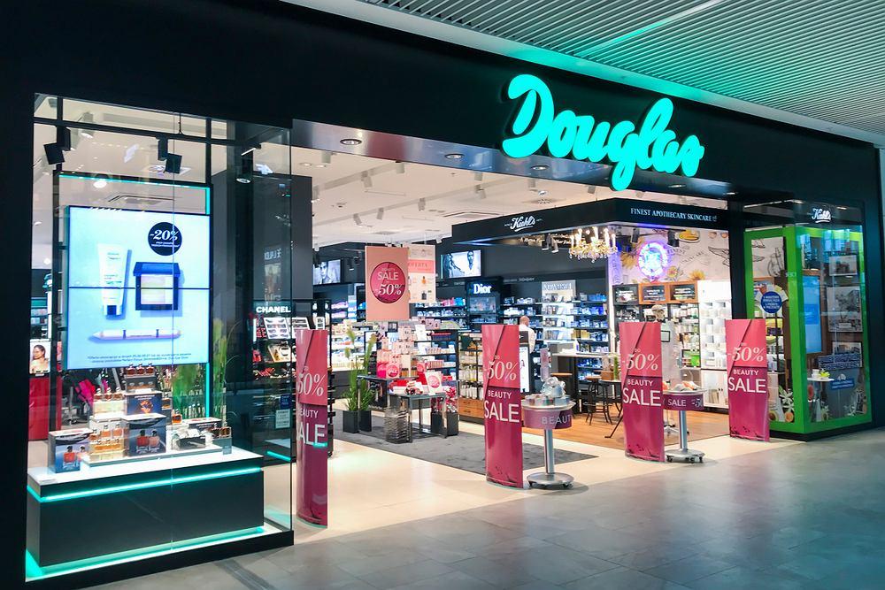 'Bye bye wakacje!'. Promocja w perfumerii Douglas. Popularne kosmetyki do makijażu 20 procent taniej