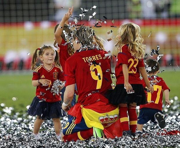 Fernando Torres ze swoimi i kolegów z drużyny dziećmi
