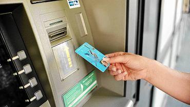 Banki zapowiadają przerwy techniczne. Warto wypłacić pieniądze przed weekendem (zdjęcie ilustracyjne)