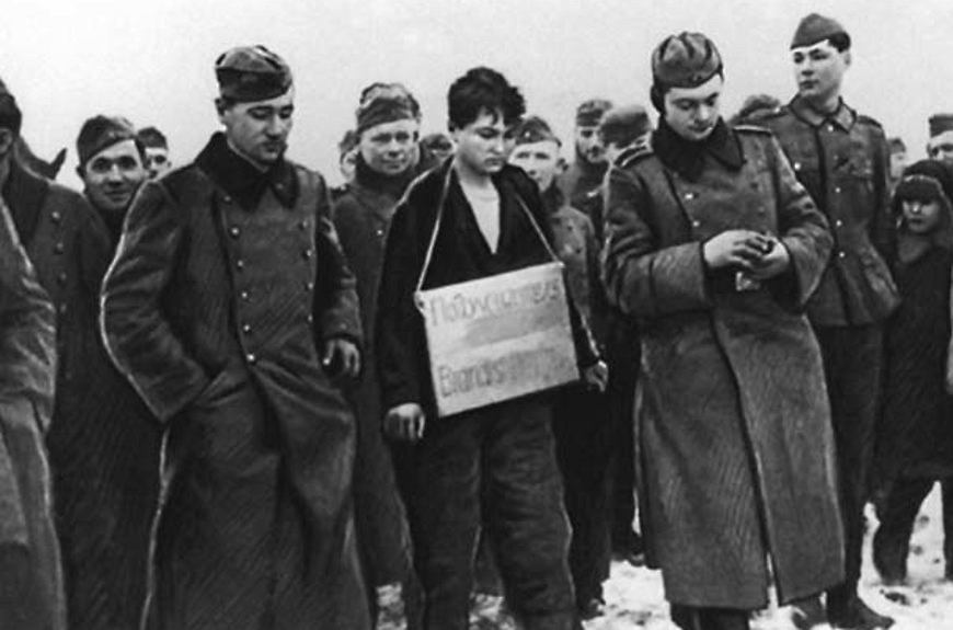 Zoja Kosmodemjanska prowadzona na egzekucję. Niemcy udokumentowali kaźń młodej komsomołki na serii zdjęć