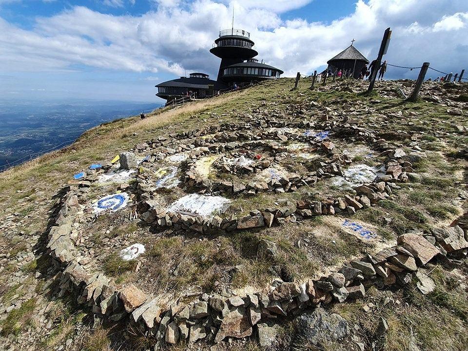 Karkonoski Park Narodowy. Nieznany 'twórca' uszkodził nawierzchnię na szczycie Śnieżki