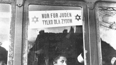 """Warszawa w czasie okupacji. Tramwaj z tabliczką """"Nur für Juden - Tylko dla Żydów"""""""
