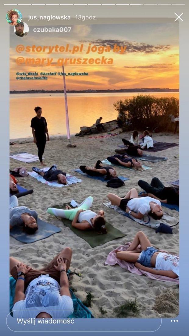Justyna Nagłowska ćwiczy jogę na plaży